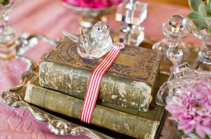 Lovely vintage wedding ideas wedding destination colombia for Antique books for decoration