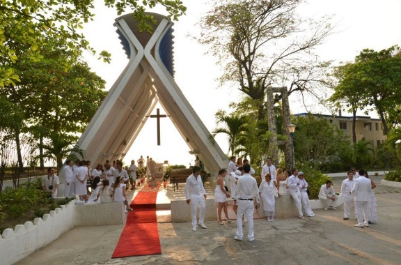 caribeban beach wedding etiquette is to dress in white